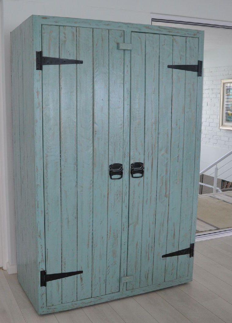 Armário de pallet com porta de acabamento em pátina azul