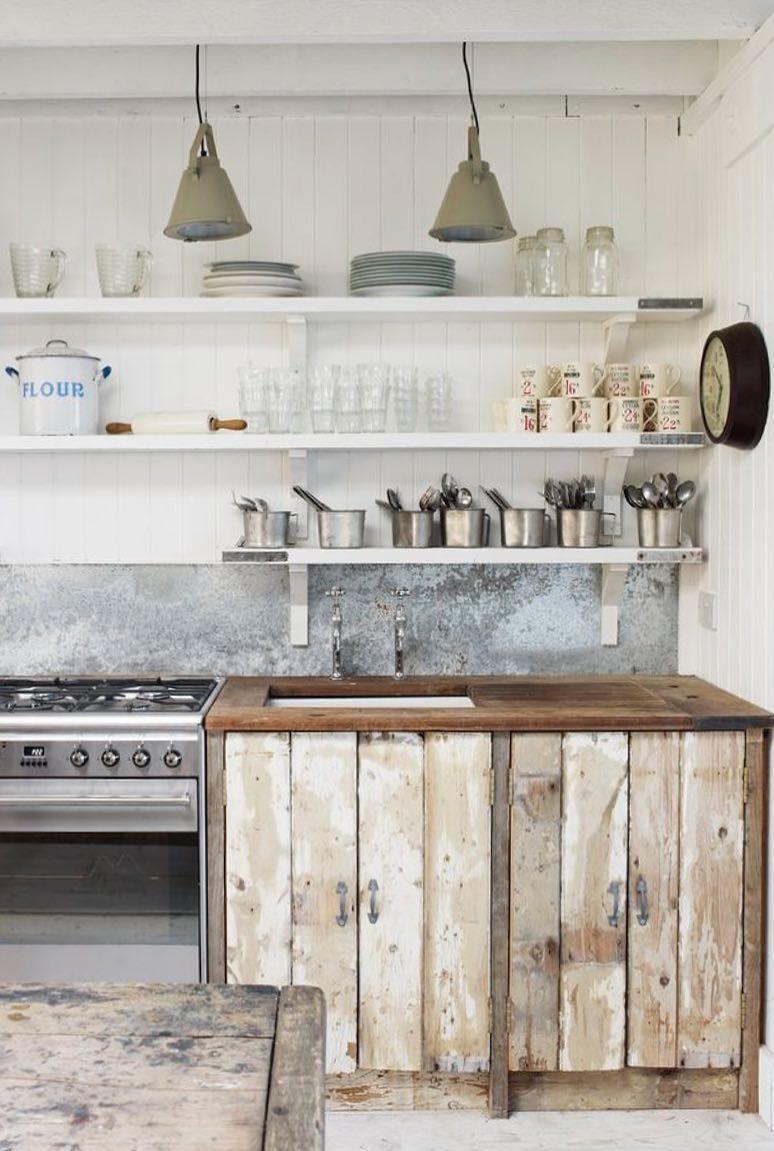 Cozinha rústica com armário de pallet