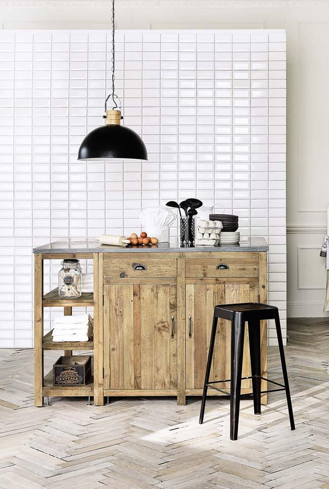 Cozinha preta e branca com armário de pallet