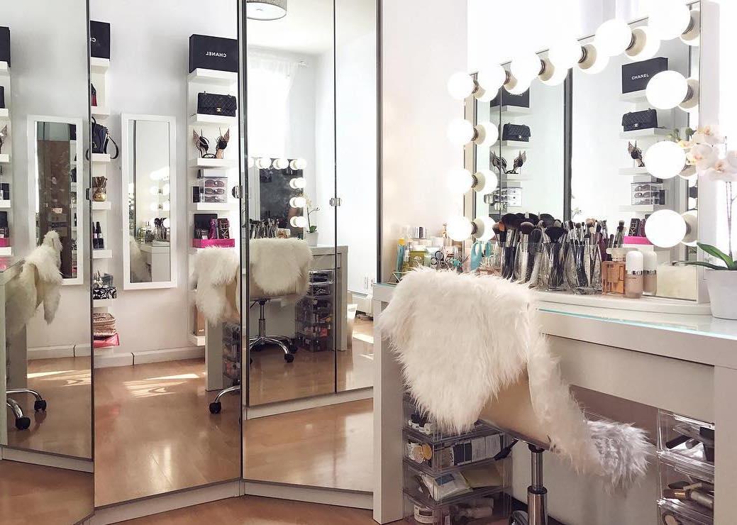 Espelho sobre penteadeira camarim