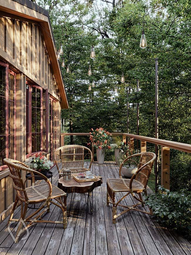 Casa rústica com deck de madeira na varanda