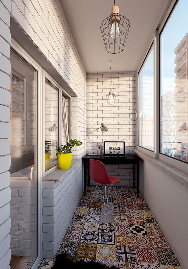 Essa varanda pequena apostou todas as suas fichas no piso de estilo retrô