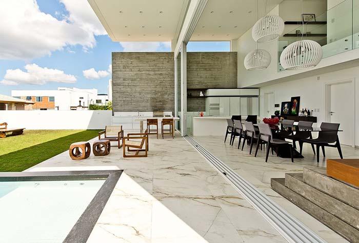 Luxo e requinte nessa varanda com o piso de mármore tipo Calacatta