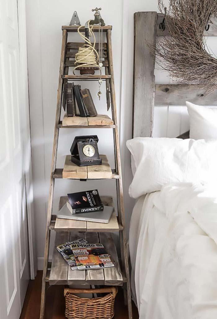Escada antiga como estante