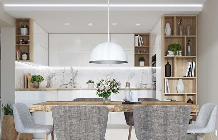 Branco e madeira na cozinha: o mármore Carrara na parede não foge da proposta