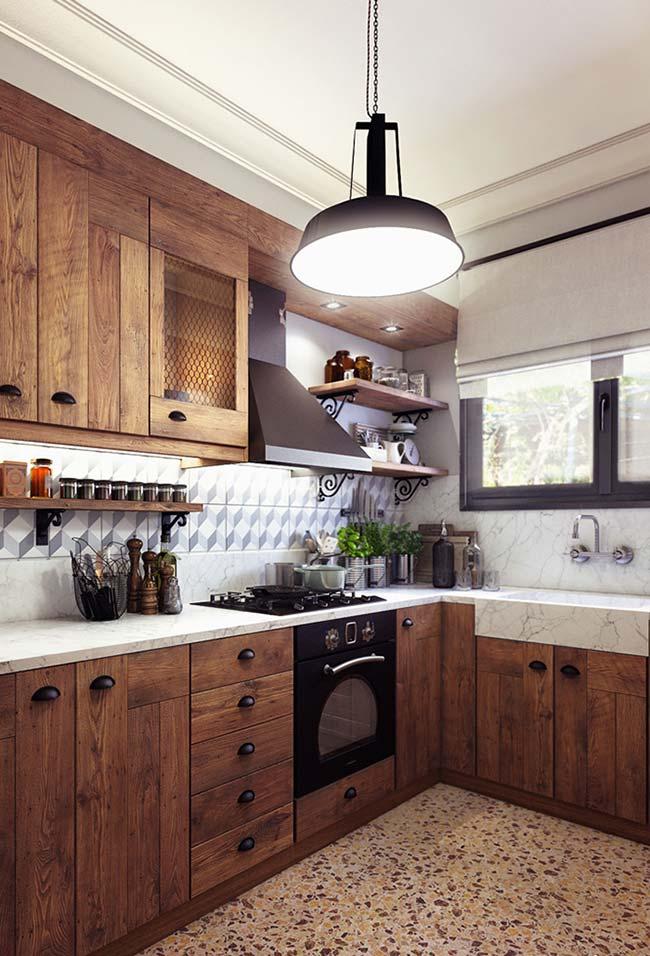 Cozinha de estilo rústico ganhou ares de refinamento com o uso do mármore Carrara Gióia na bancada