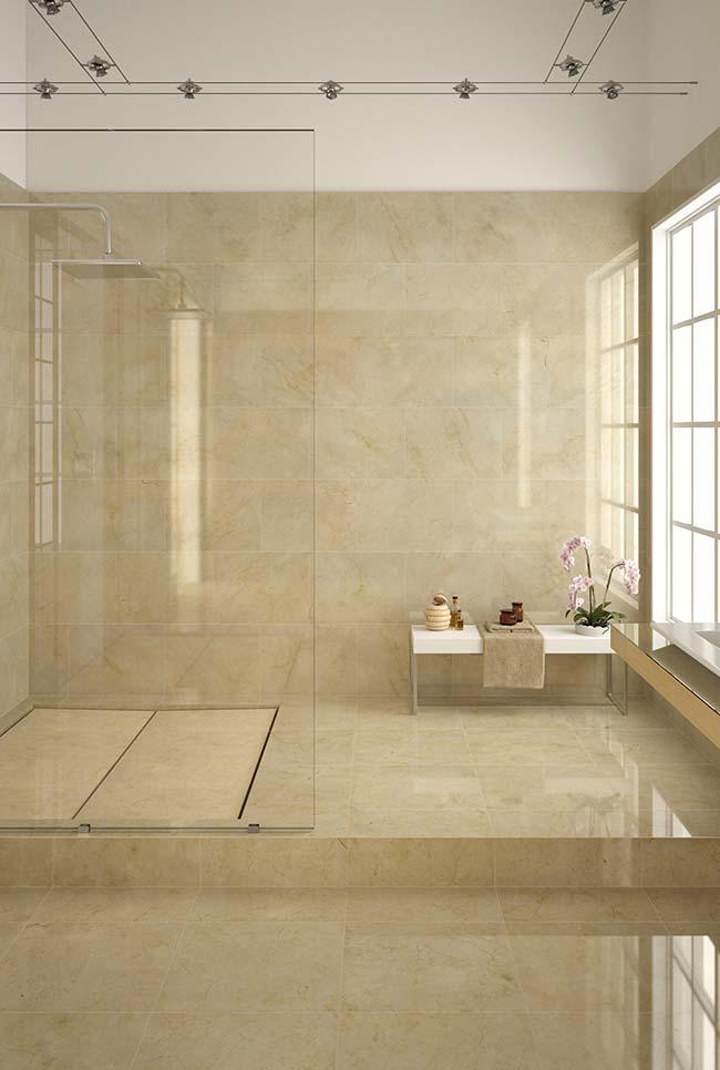 Repare na uniformidade de tons do mármore Crema Marfil
