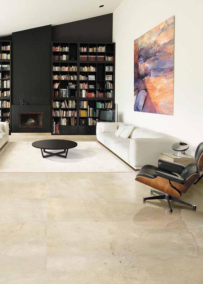 Sofisticação do mármore Crema Marfil com a elegância da mobília preta