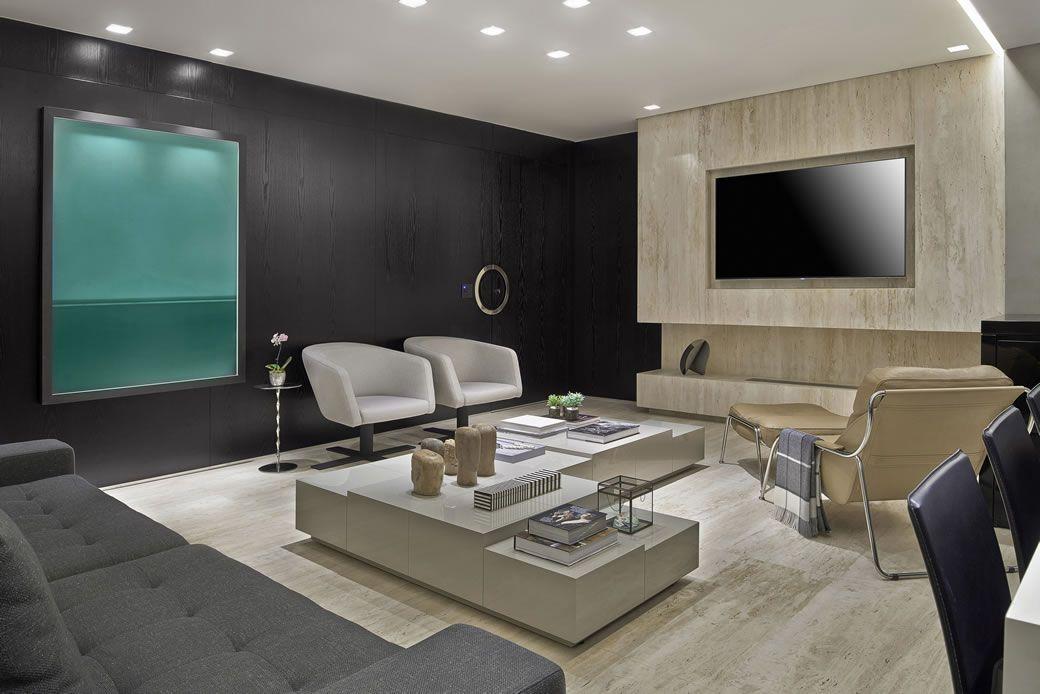Mármore Crema Marfil reveste a parede onde a TV foi instalada