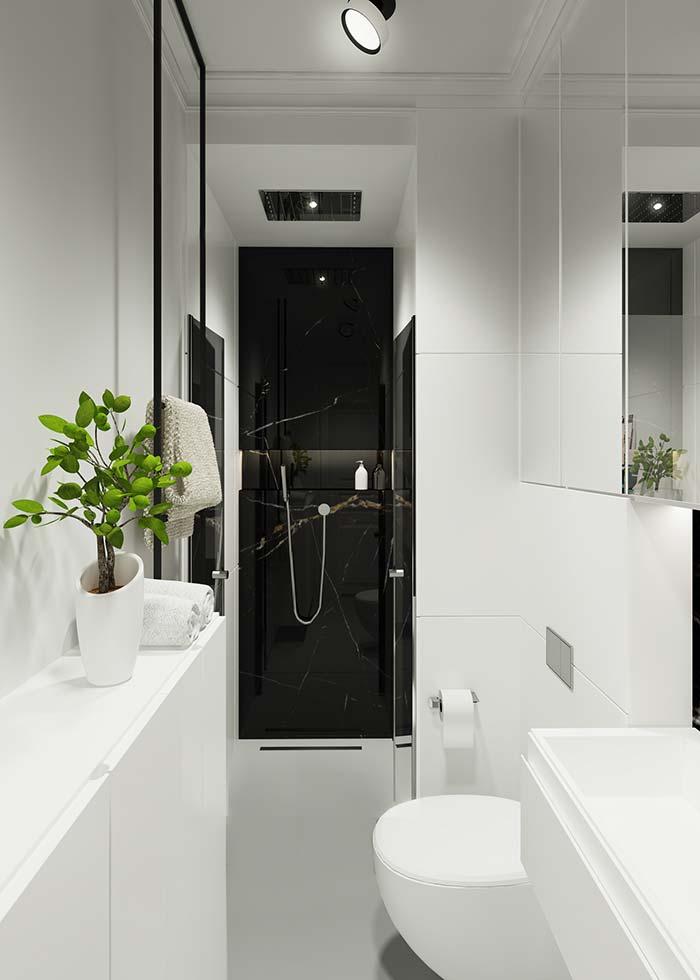 A faixa preta de mármore Nero dentro do box confere aquele contraste indispensável para um ambiente todo branco
