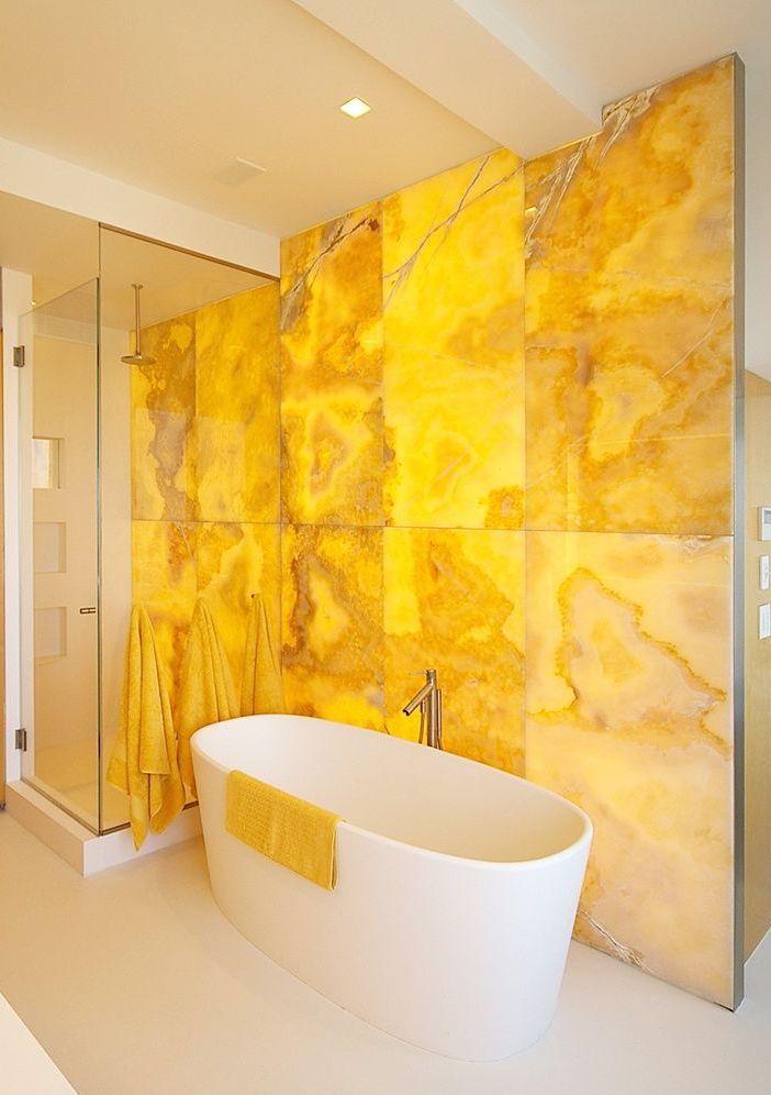 Amarelo vivo da pedra se destaca no ambiente branco