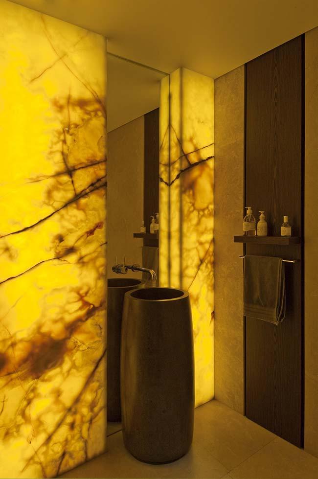 Como não cair de amores por esse banheiro decorado com mármore Ônix