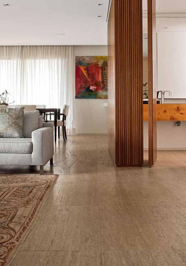 No piso, o mármore Travertino Romano esbanja charme e elegância