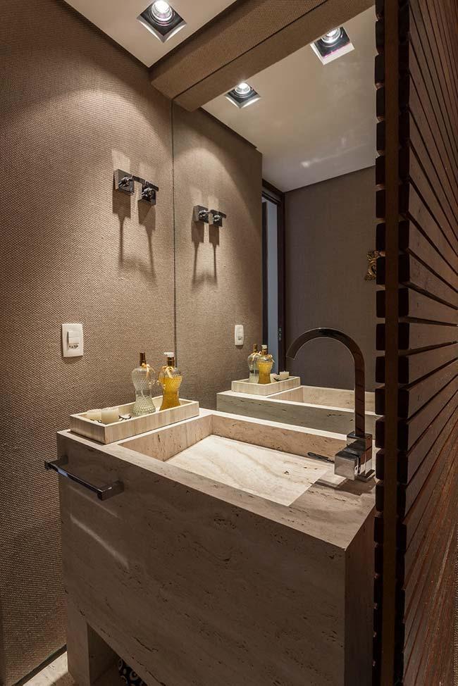 Iluminação direcionada sobre a bancada de mármore deixa o banheiro ainda mais bonito