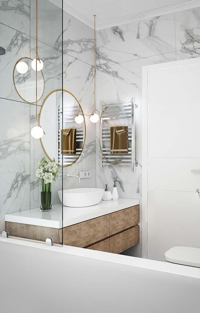 Banheiro branco revestido com mármore branco Carrara