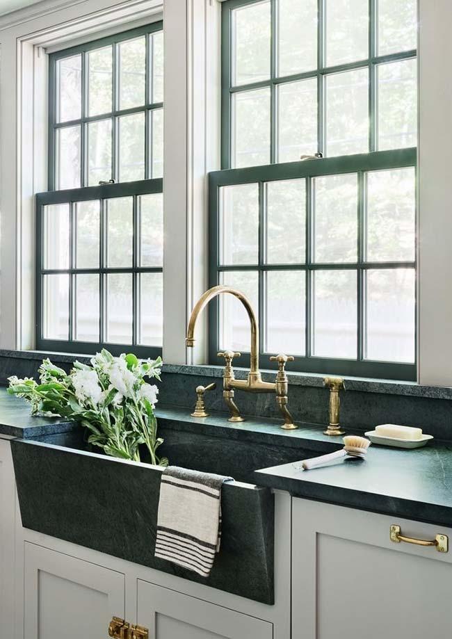 Cozinha de estilo clássico com bancada de mármore verde