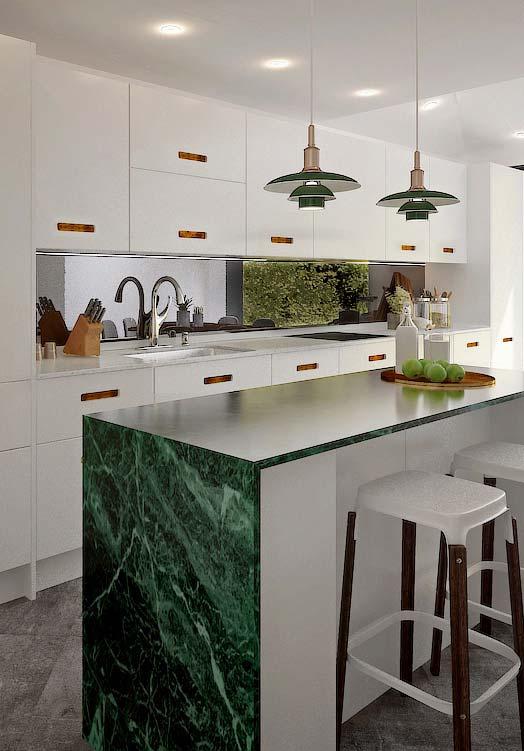 Mármore verde dá vida a cozinha branca