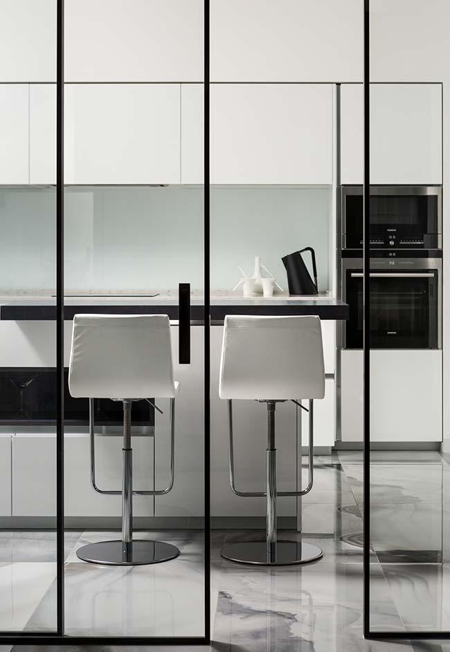 Cozinha minimalista com piso de mármore branco Carrara