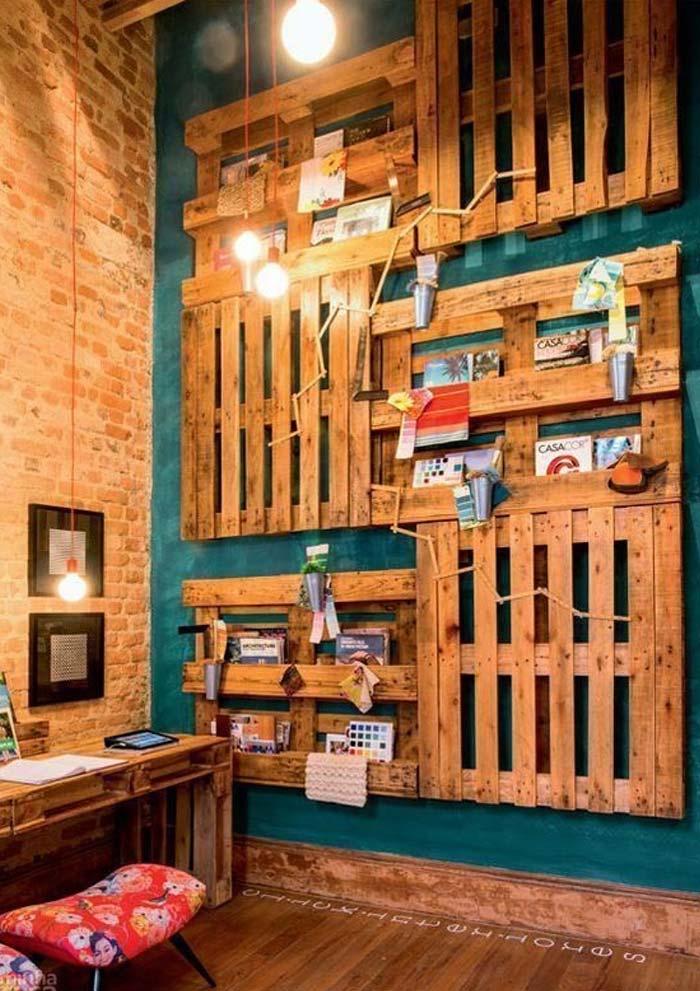 Projeto com parede de pallets como prateleiras e apoios para revistas