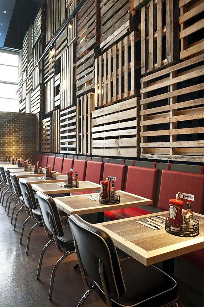 Restaurante com parede de pallet