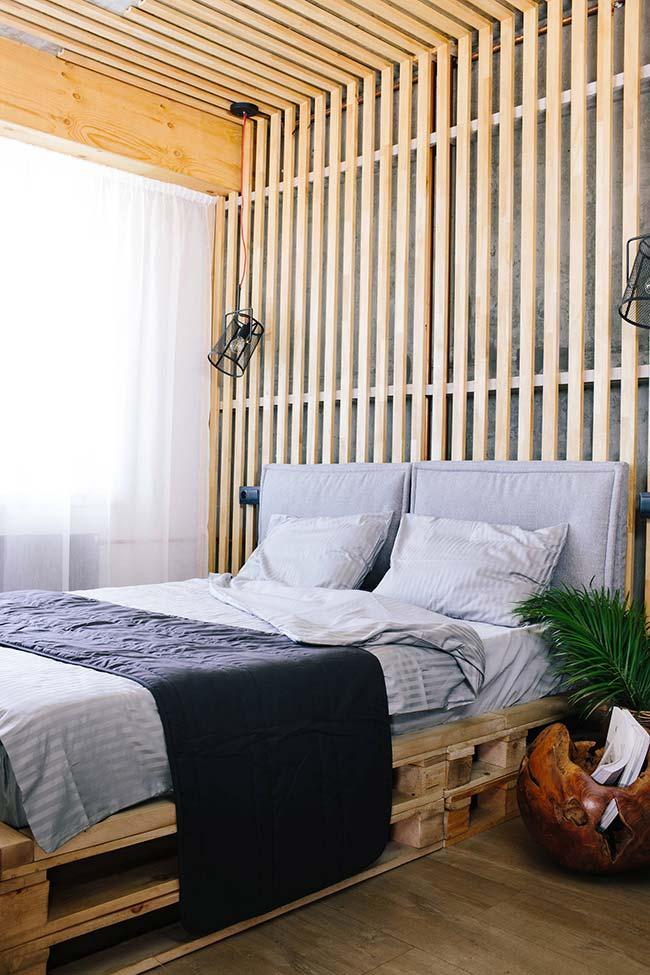 Parede de pallet no teto e atrás da cama