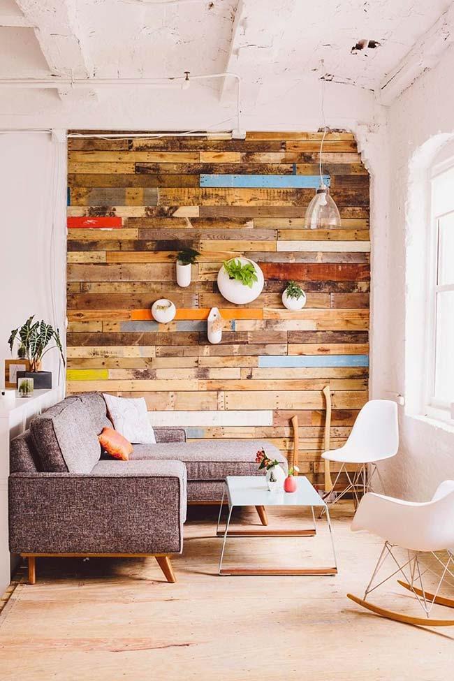 Decoração com parede de pallet colorida