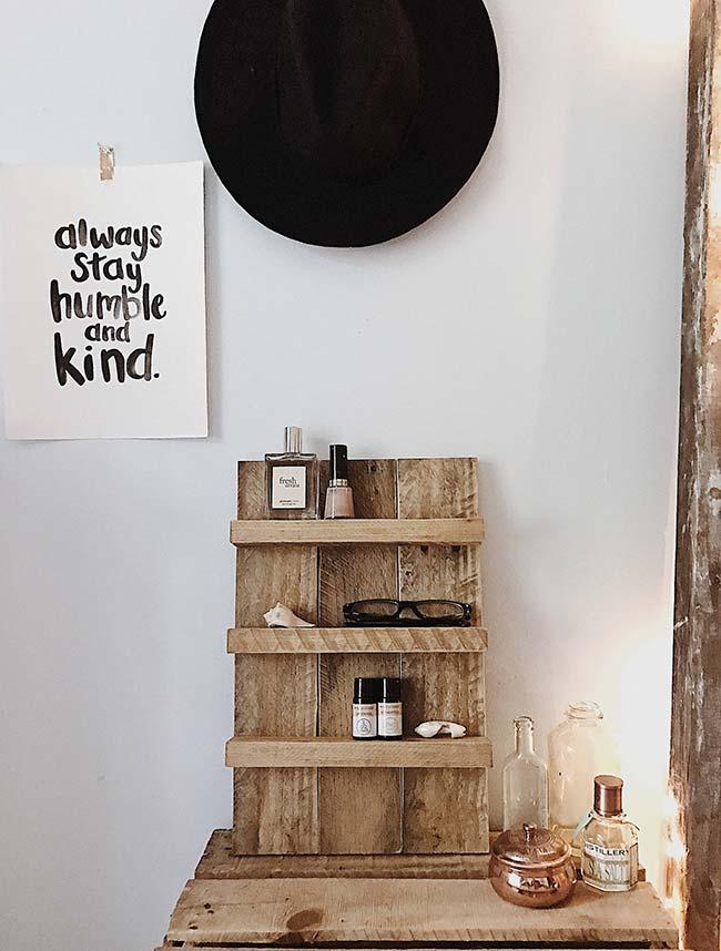 Prateleira simples feita de pallets para organizar os objetos no quarto