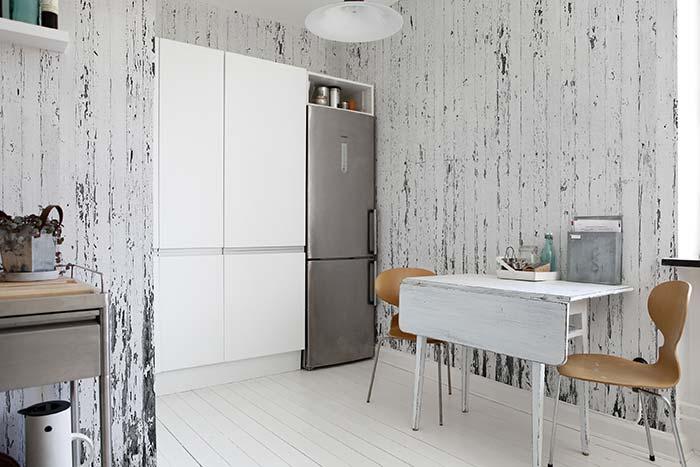 Decoração na parede com pallets desgastados e pintados de branco