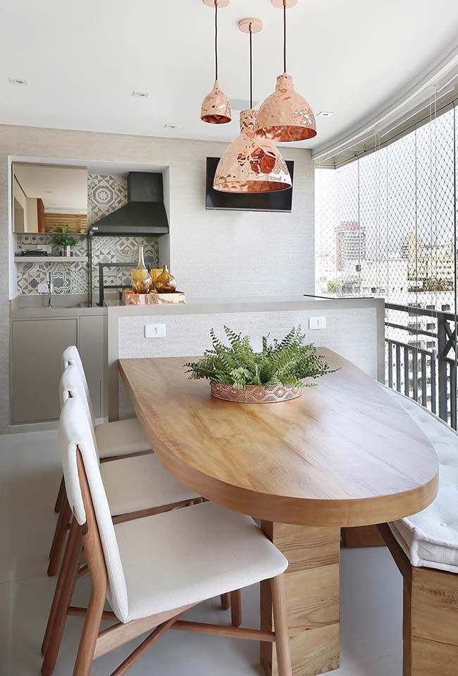 Mesa de madeira maciça na varanda gourmet