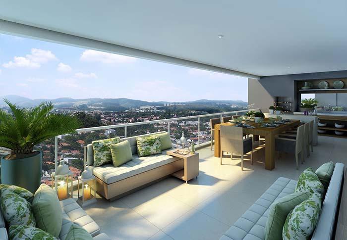 Varanda grande conta com sofá e outros móveis