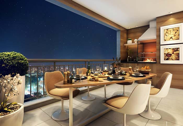 Varanda gourmet com mesa em formato diferenciado