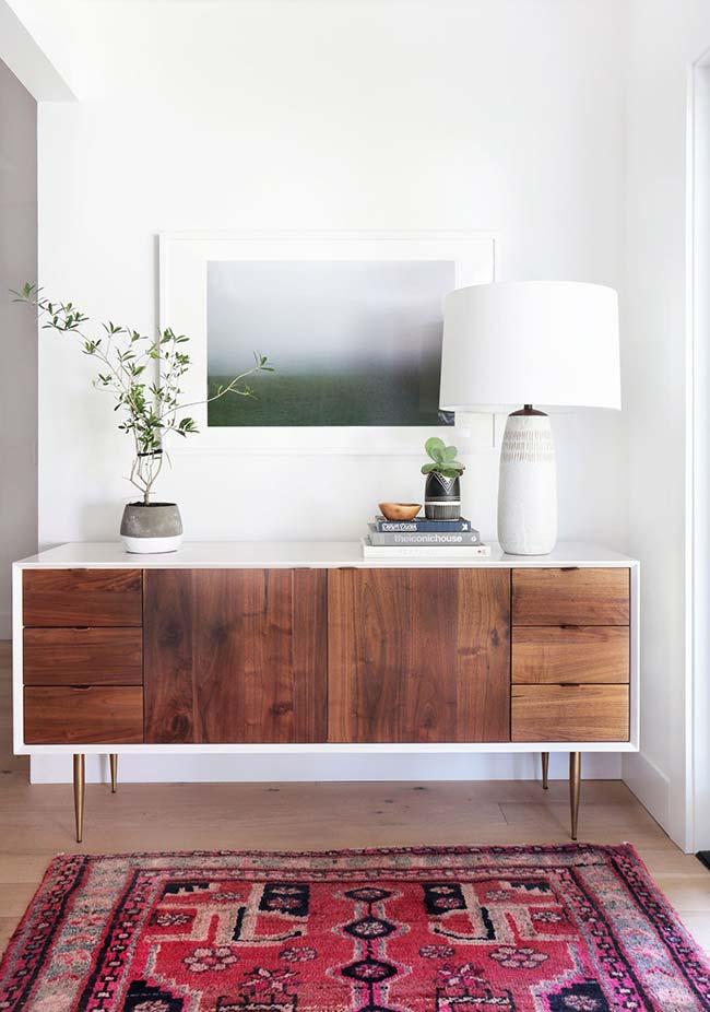 Abajur para sala grande todo branco reforça o estilo clean da decoração
