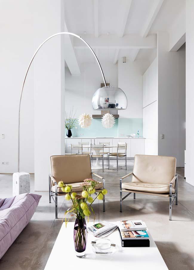 Longo pendente desse abajur para sala confere elegância e sofisticação ao objeto