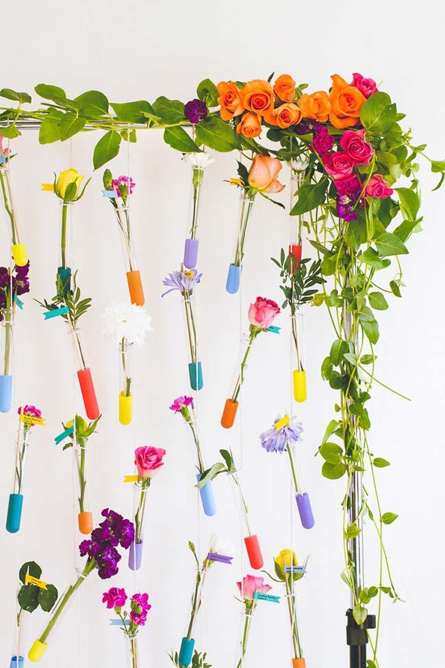 Painel florido na decoração de casamento DIY