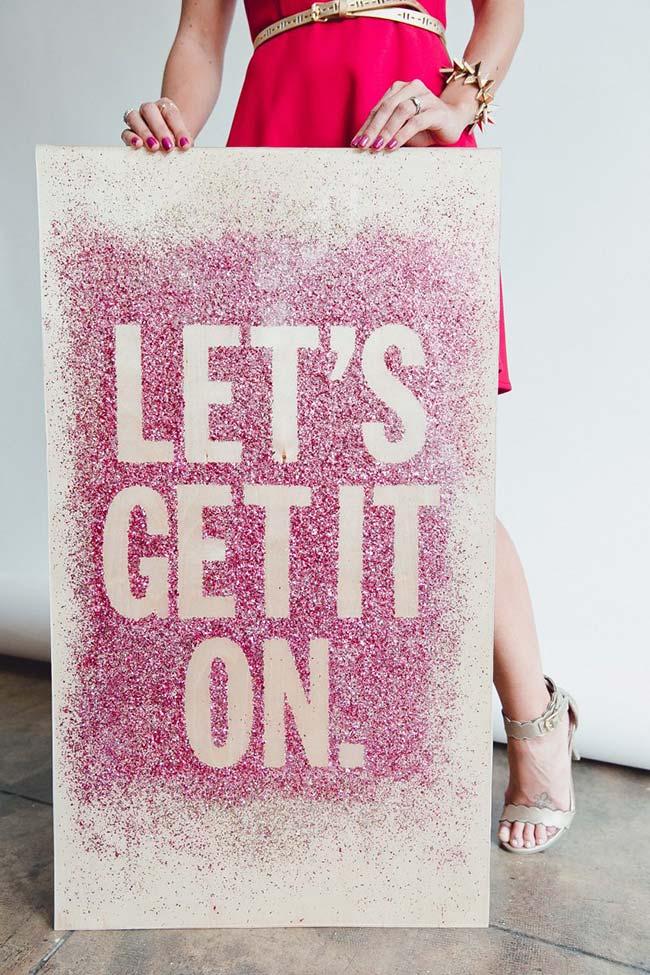 Decoração de casamento faça você mesmo: escolha uma frase, faça um molde, espalhe purpurina e veja o resultado