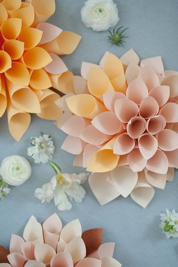 Decoração de casamento faça você mesmo: cones de papel formam flores gigantes para decorar o casamento