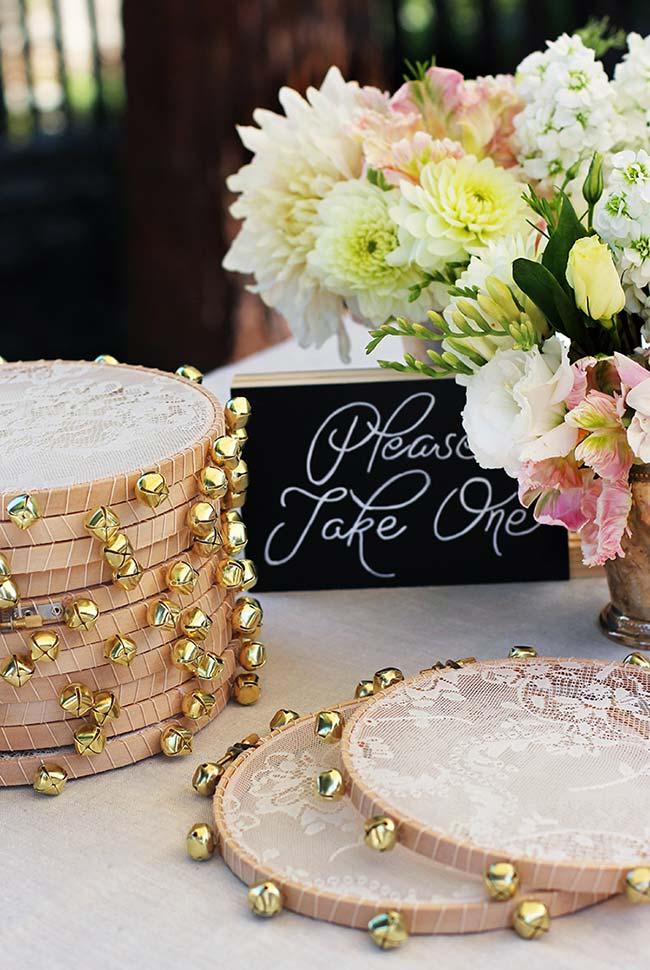 Para animar a festa e distribuir para os convidados: pandeiros feitos com renda e bolinhas douradas