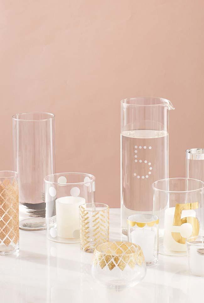 Decoração de casamento faça você mesmo: copos de vidro de tamanhos variados receberam diferentes tipos de pinturas e acabamentos