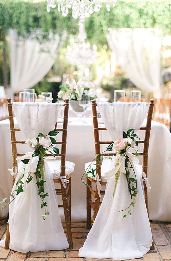 Decoração de casamento faça você mesmo: cadeiras da festa de casamento decoradas com voil e flores