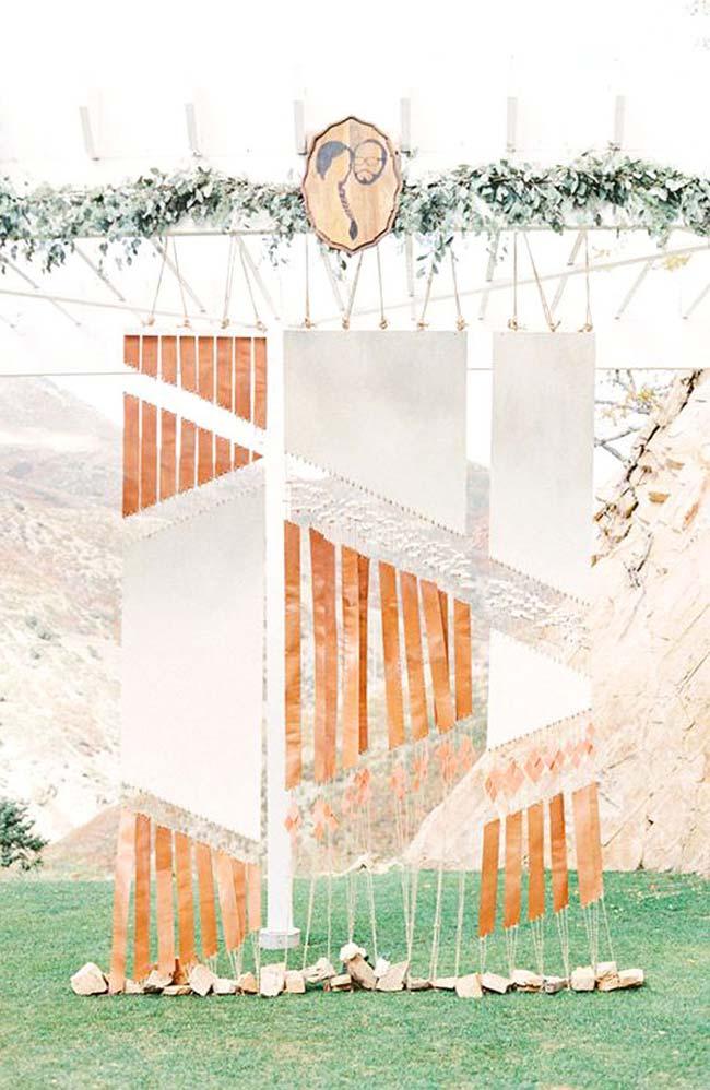 Painel para festa de casamento feito com tiras de papel