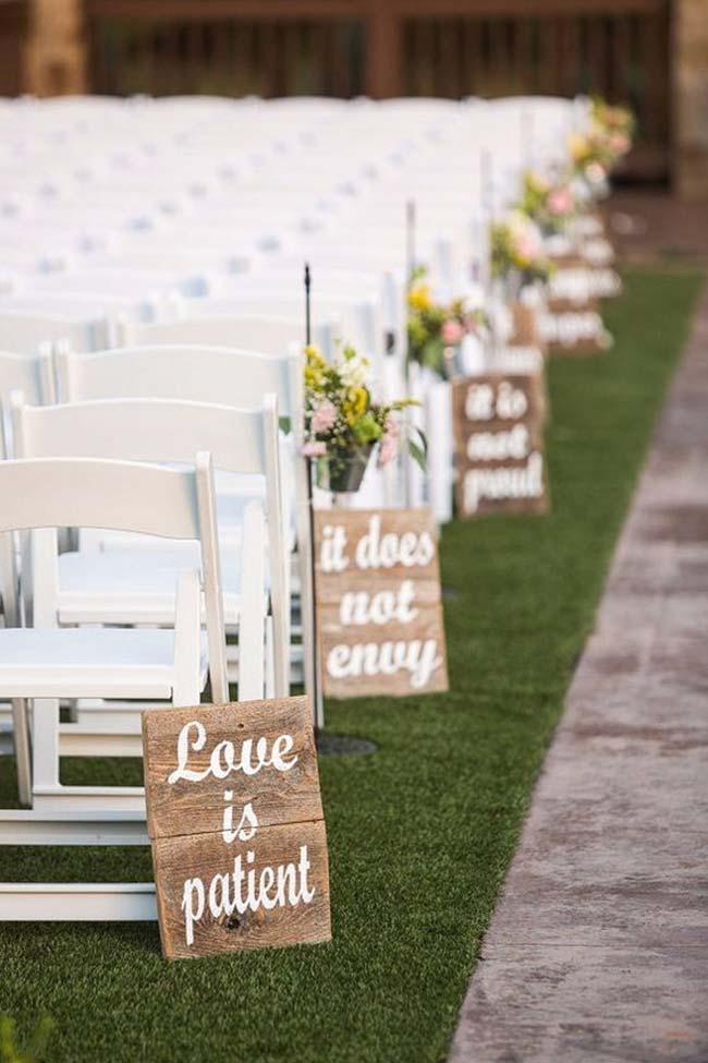 Plaquinhas com versos bíblicos no caminho da noiva