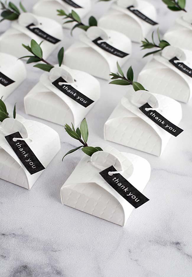 Decoração de casamento faça você mesmo: bem casados em uma caixinha simples, mas cheia de charme