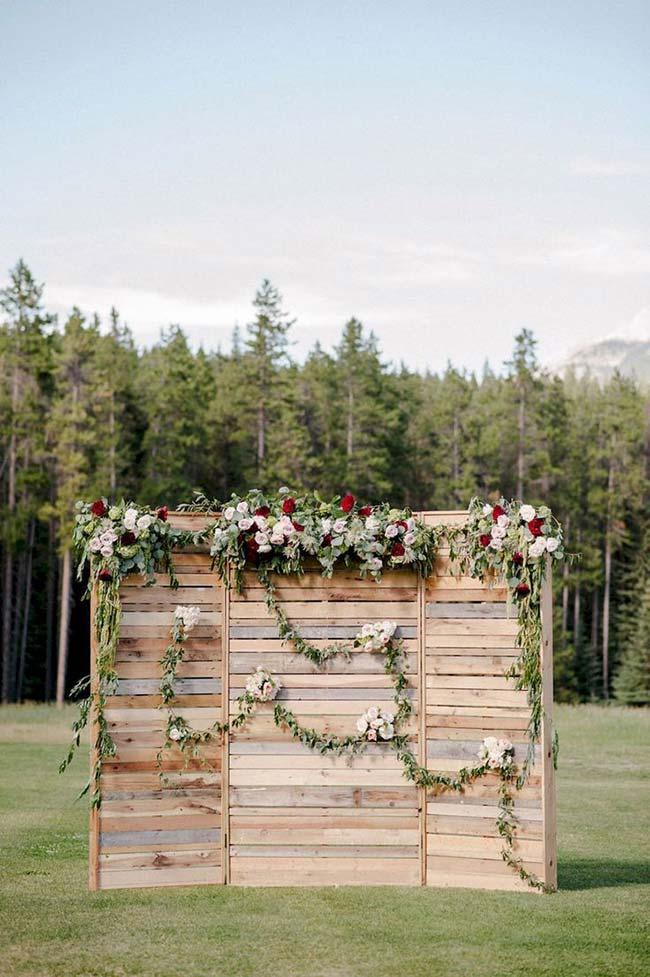 Painel de pallet na decoração de casamento faça você mesmo