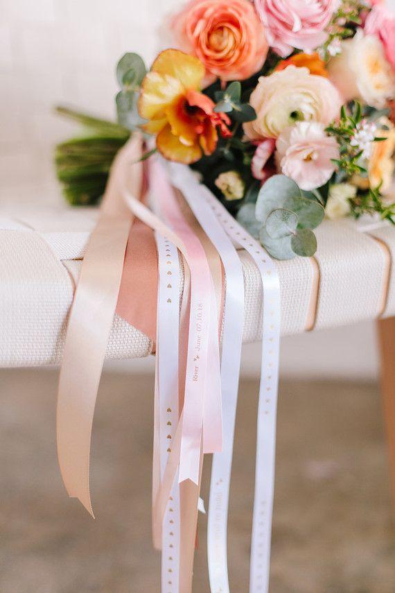 DIY: Buquê de noiva amarrado com flores de cetim de tamanhos variados
