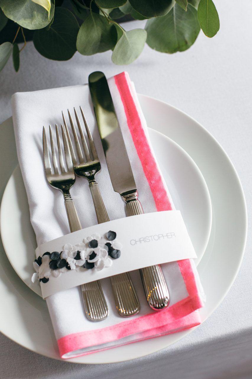 Decoração de casamento faça você mesmo: talheres unidos por uma tira de papel com o nome de cada convidado