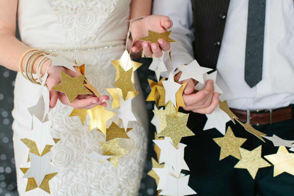 Decoração de casamento faça você mesmo: cordão de estrelas brancas e douradas