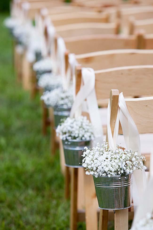 Vasinhos de alumínio, flores brancas e fita