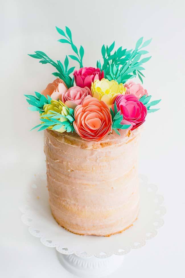 Flores de papel colorido na decoração de casamento faça você mesmo