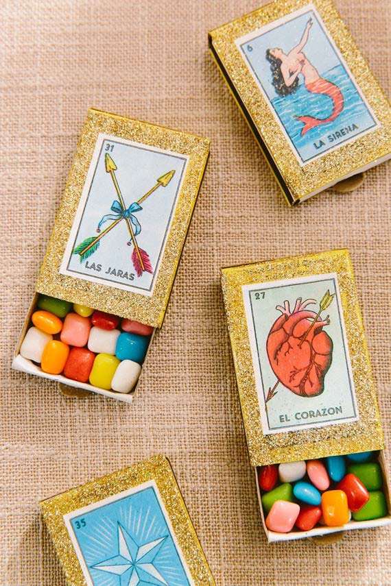 Caixinhas com chicletes coloridos são a lembrancinha dessa festa de quinze anos