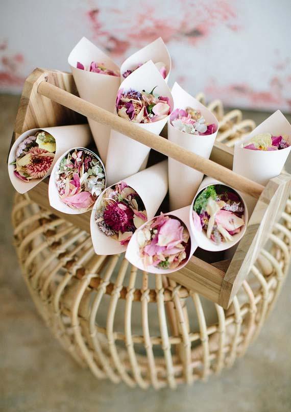 Cores de papel com pétalas de flores nas lembrancinhas de 15 anos
